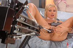 видео блондиночка с секс машиной умывальнике кое-как